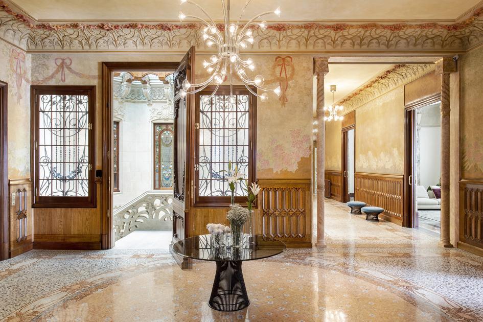 In der Belle Etage residierte einst Francesc Burés. Nun wurde das Stockwerk in zwei Wohnungen mit jeweils 500 Quadratmetern Nutzfläche aufgeteilt. Die Mosaikböden und Intarsien sind aufwändig restauriert worden, ebenso wie die bemalten Glasfenster, Wandfresken und Deckenreliefs. Foto: Jordi Folch