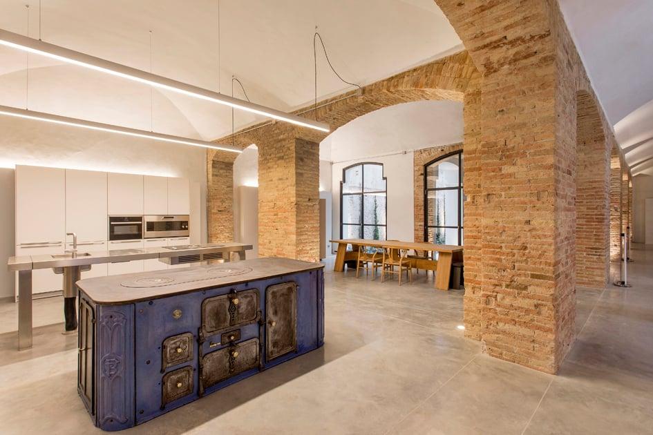 Den Mittelpunkt des Untergeschosses bildet eine freistehende Küchenwerkbank aus der Serie b2 von Bulthaup, die den industriellen Charakter dieses Ortes betont. Foto: Jordi Folch