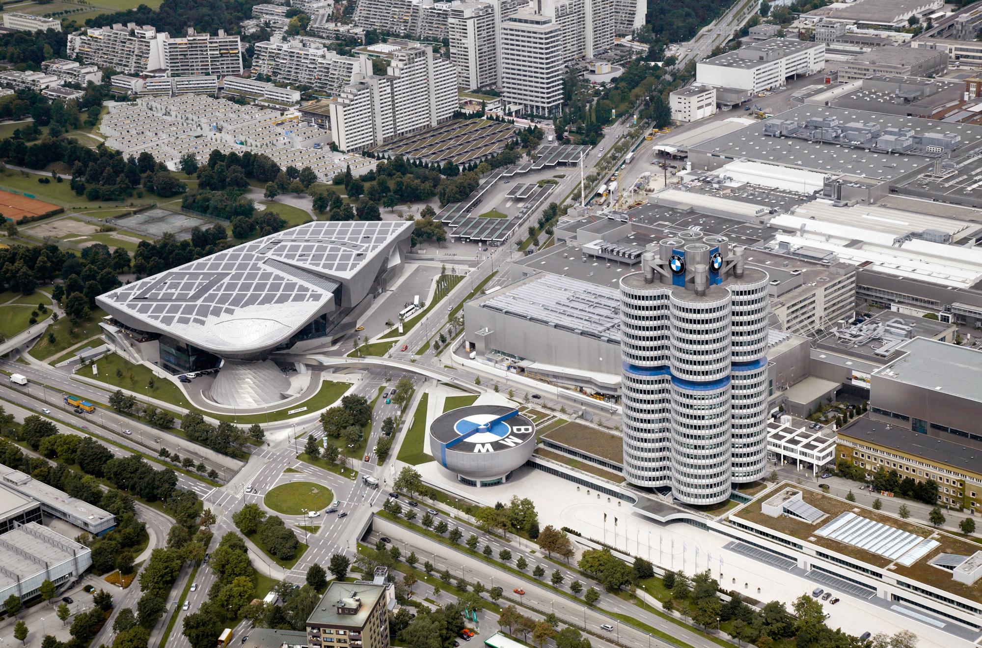 Luftansicht: BMW Welt (links), BMW-Museum (Mitte), BMW-Vierzylinder-Büroturm von Karl Schwanzer (rechts), BMW-Werk München und Olympisches Dorf (hinten). Foto/ Copyright: BMW Group