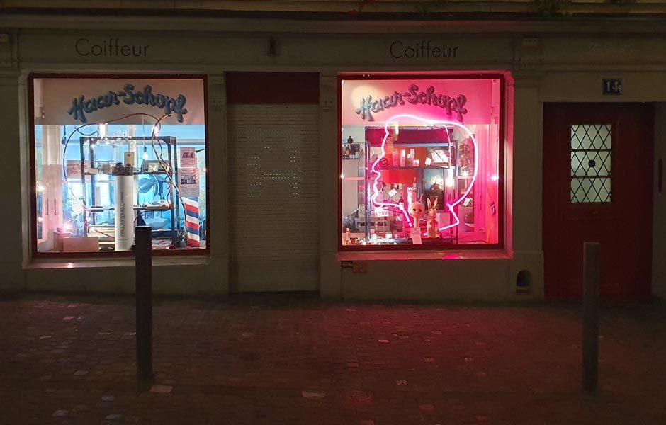 UNTERWEGS IN DER STADTIch hab die Haare schön! Coiffeur in der Altstadt. Foto/ Copyright: Claudia Simone Hoff