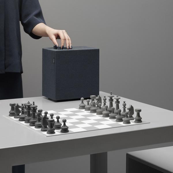 Form und Design sind von alten Transistorradios inspiriert – und die zwei Knöpfe vielleicht von einer Schachuhr?