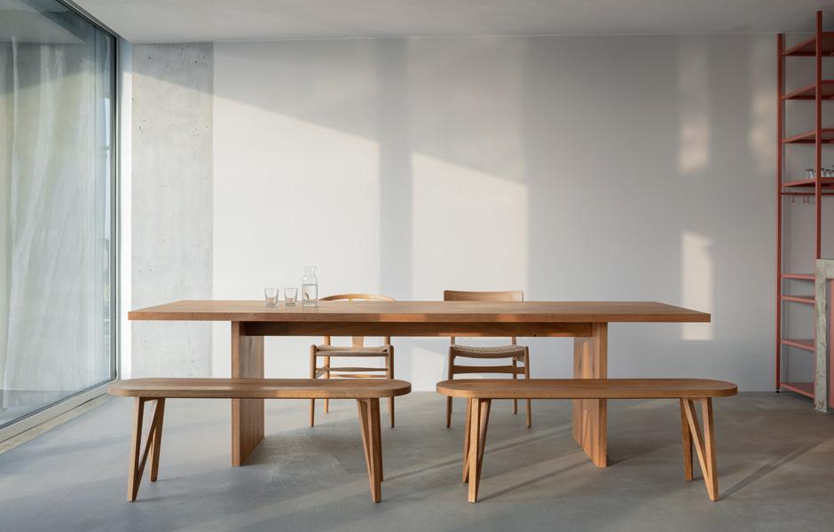 An dem massiven Holztisch von e15 wird gegessen, gearbeitet und diskutiert. Foto: Stefan Hoederath (hoederath.com)