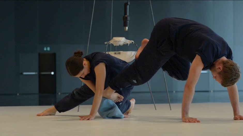 Die Performance Acting Things: Objekte formen, mit  trainierten Ausdrucksmöglichkeiten eines Tänzers.