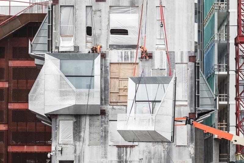 Material Outside-In: Während man von außen keinen Beton mehr sieht, haben COBE das Innere so belassen, wie es war.
