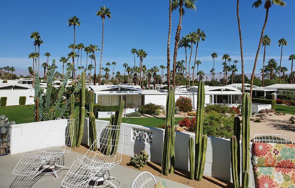 SIEDLUNGEN UND HÄUSERCul-de-Sac Experience in den Canyon View Estates #4 von Palmer & Krisel (1962) im Stil der Sixties, Palm Springs. Blick über die Siedlung. Foto: Claudia Simone Hoff