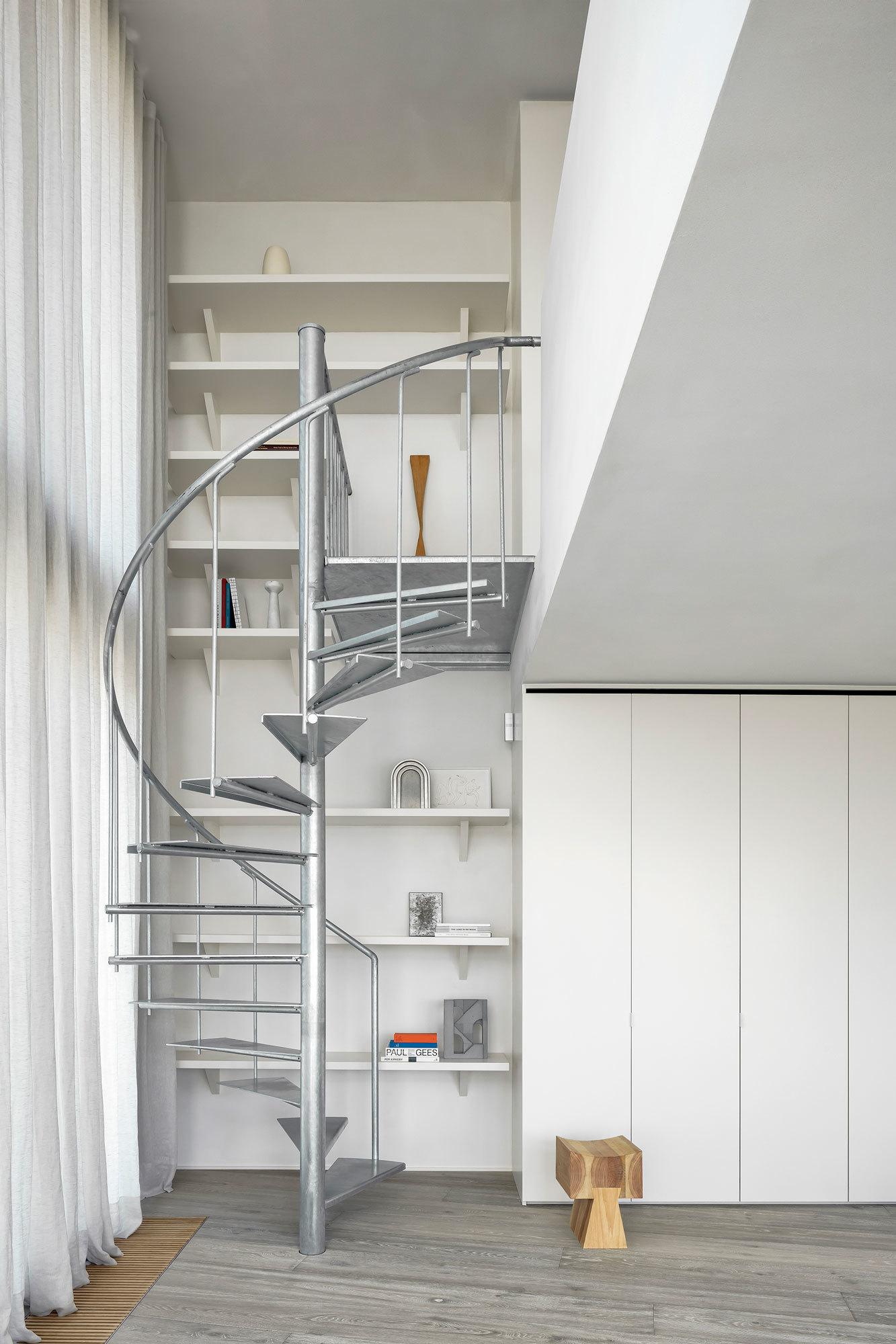 Treppe des Apartments in Belgien von Carmine Van Der Linden und Thomas Geldof