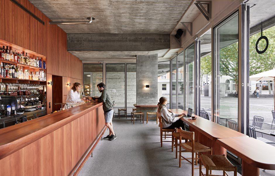 EN GUETE! RESTAURANTS & CAFÉSPhilippe Stuebi Architekten entwarfen die Bar Campo am Helvetiaplatz in einer typisch schweizerischen Mischung aus Holz und Beton in Zusammenarbeit mit den Betreibern. Foto/ Copyright: Lorenz Cugini