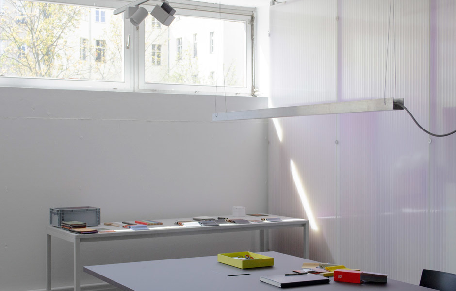Arbeitstische im Studio. Foto/ Copyright: Loehr