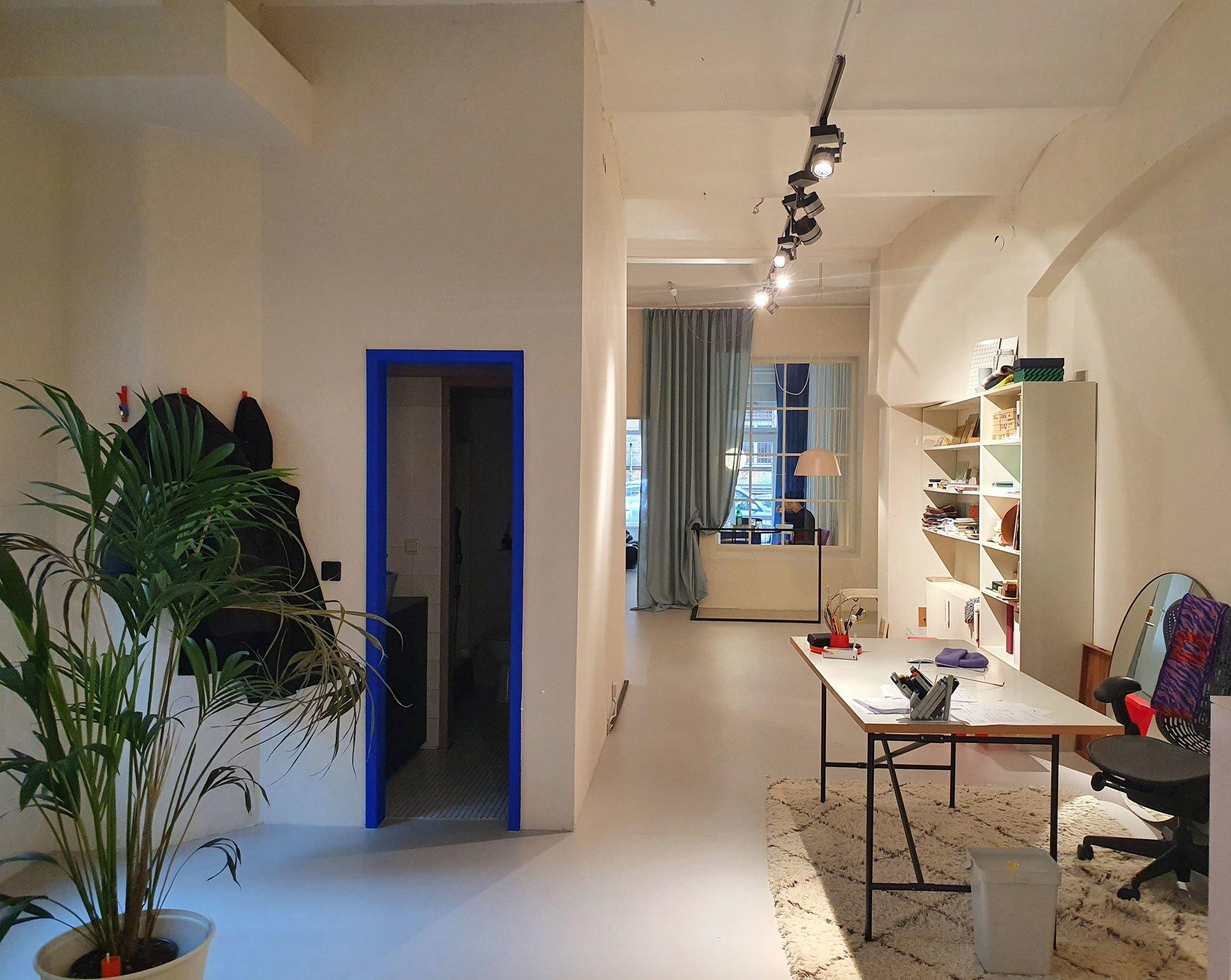 Das Studio geht in das Hinterhaus über, von hier hat man einen Zugang zum typischen Berliner Hinterhof. Foto/ Copyright: Claudia Simone Hoff