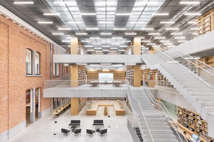 Stauraum oder Konstruktion? Die Bücherregale spielen eine tragende Rolle im Raum.