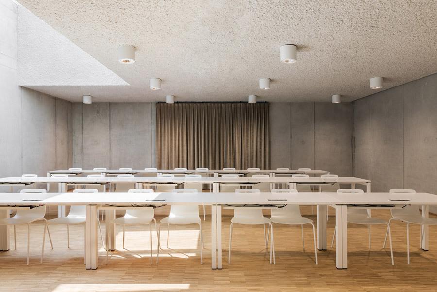 Licht und Beton: Blick in die Unterrichtsräume in der Akademie