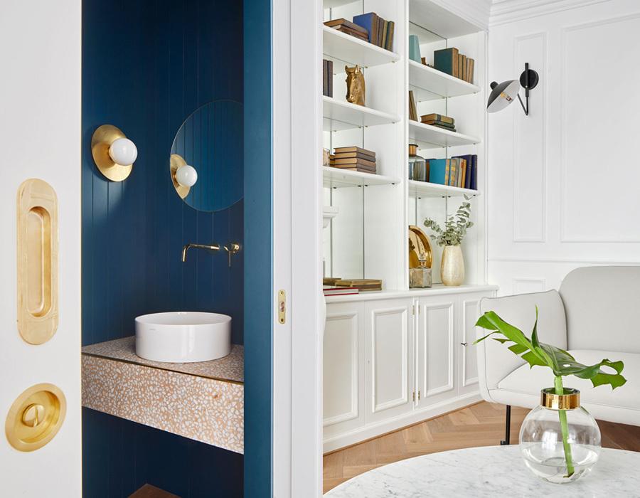 Die goldenen Armaturen von Vola bringen Luxus ins Bad.