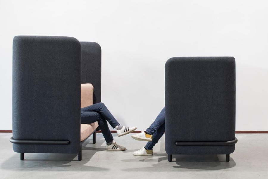 Abschirmen im Büro darf auch gemütlich sein: zum Beispiel mit dem Polstermöbel BuzziSpark von Alain Gilles. Foto: BuzziSpace