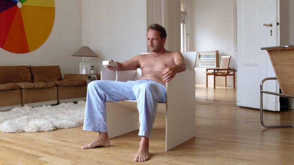 Horzon auf seinem Redesigndeutschland TV-Sessel 01 (nicht aufgenommen…), im Hintergrund sein Stabstuhl 24 (aufgenommen in die Sammlung des Vitra Design Museums)