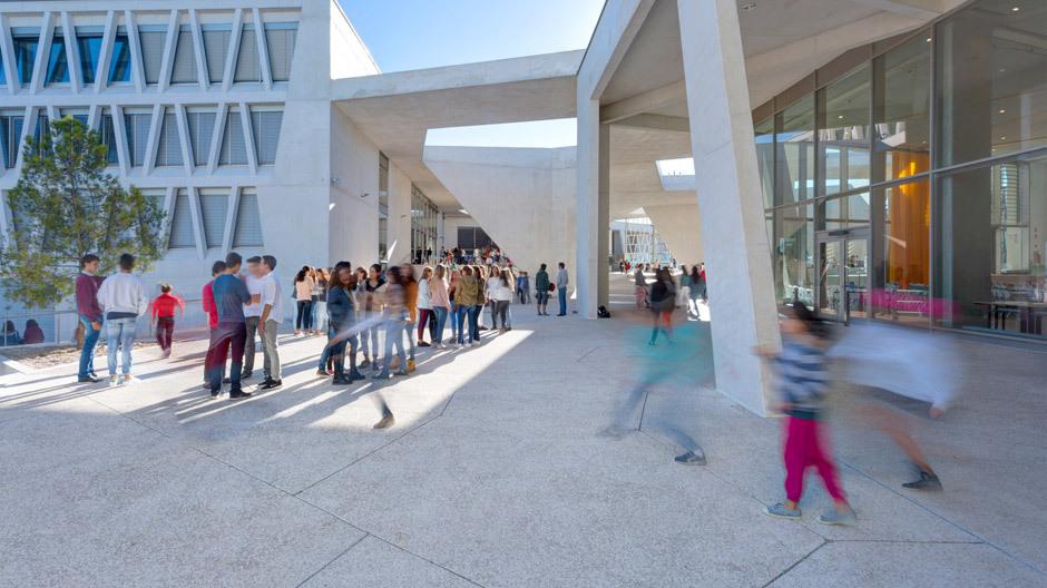 Schulhof Grund- und Oberschule: Das Sichtbetonensemble erinnert an eine organisch gewachsene Dorfstruktur.