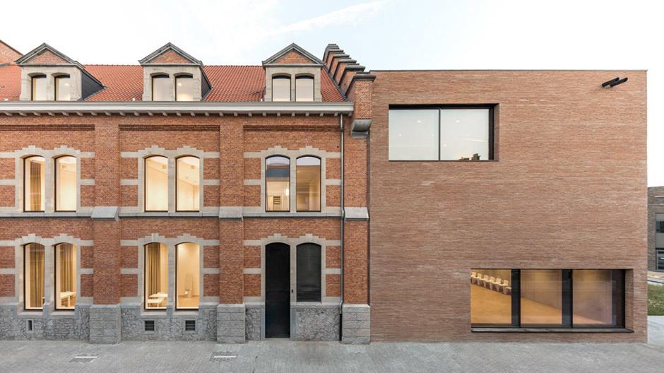 Man erkennt schnell, was schon da war, und was neu hinzugefügt wurde: Die Fassaden halten beides zusammen.