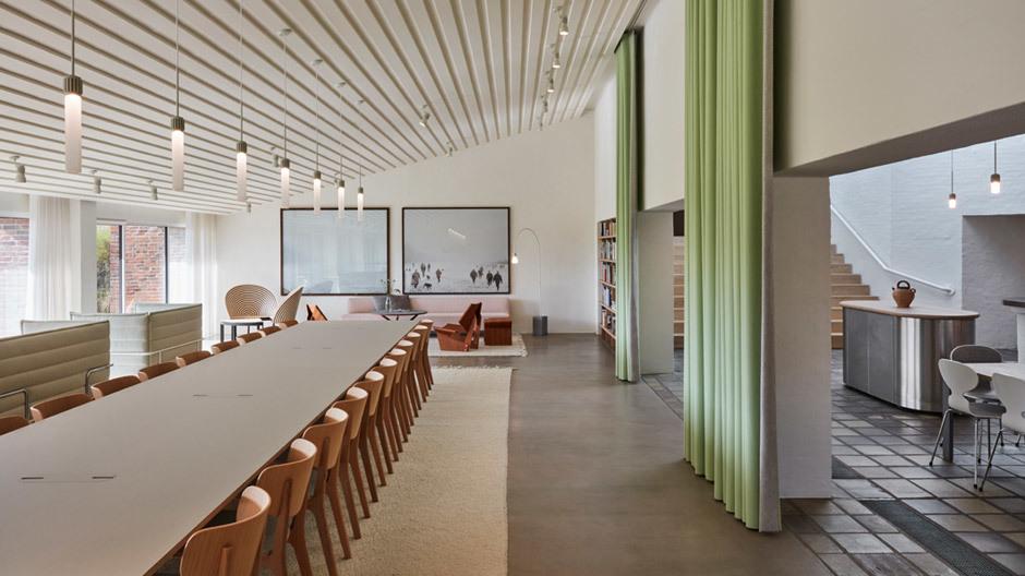 Neben der Bibliothek mit gut bestuhltem Konferenzzimmer ist direkt die Kantine, die sich nur durch einen Vorhang abtrennen lässt.