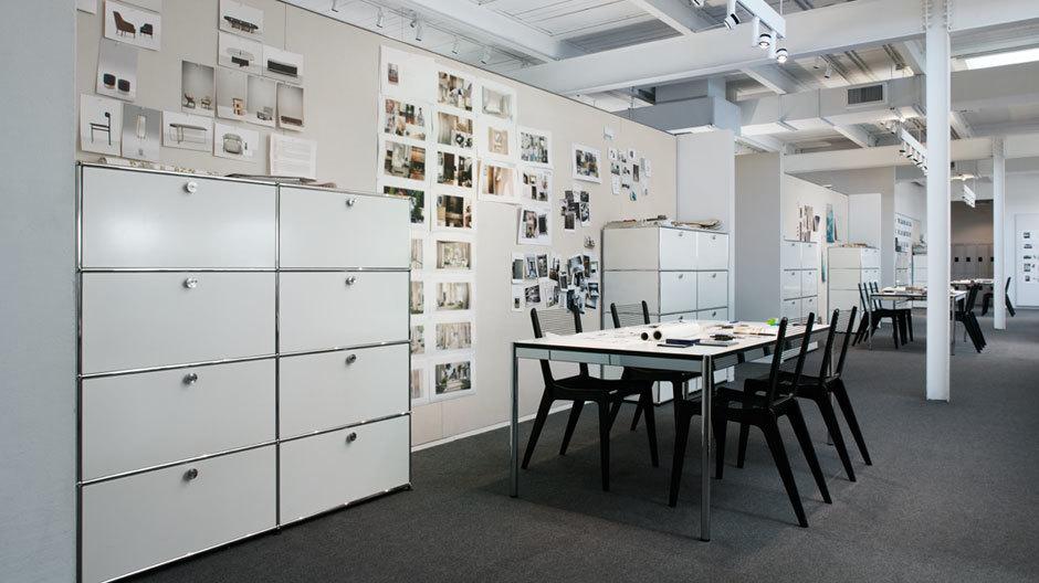 Jedes Designteam hat einen eigenen Besprechungsbereich, in dem die Materialien für laufende Projekte liegen bleiben können.