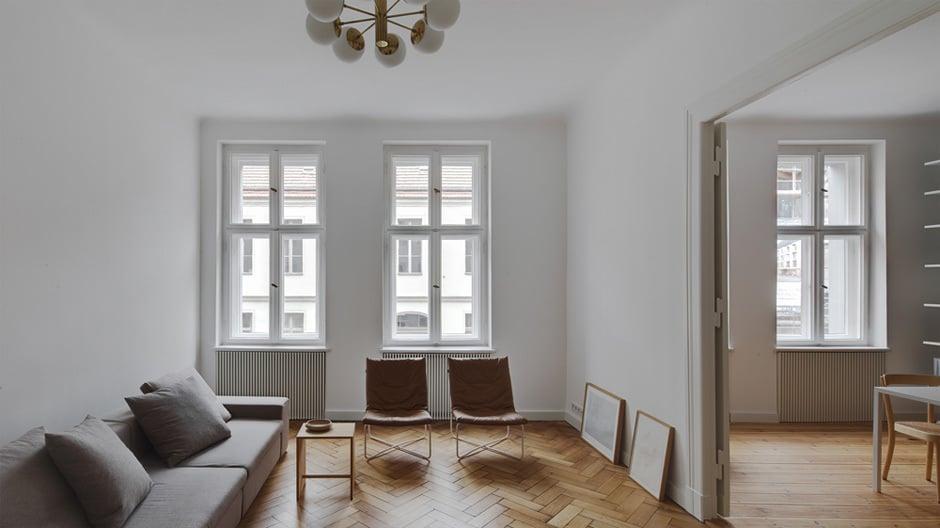 Drei Zimmer hat die Wohnung in der Linienstraße in Berlin-Mitte. Zwei davon gehen zur Straße raus und...