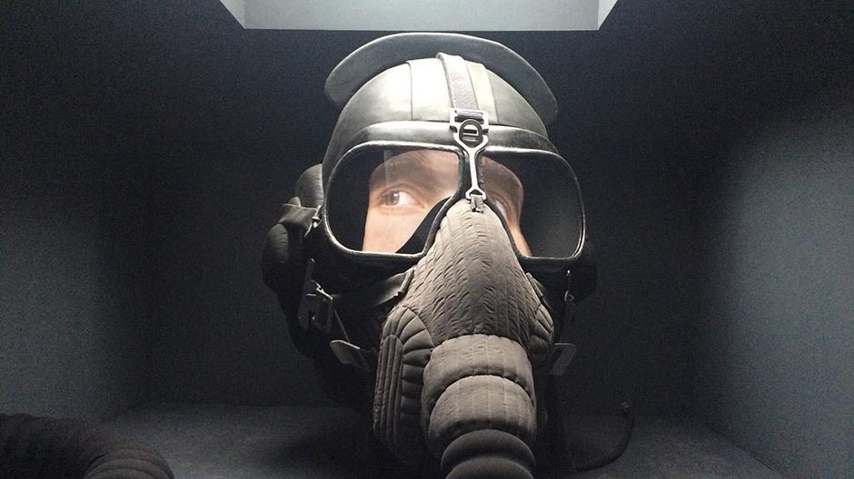 Im Russischen Pavillon installierte Irina Nahkowa einen überdimensionalen Helm eines Jet-Piloten. Erst auf den zweiten Blick fallen die mysteriösen Augenbewegungen auf. Foto: Designlines