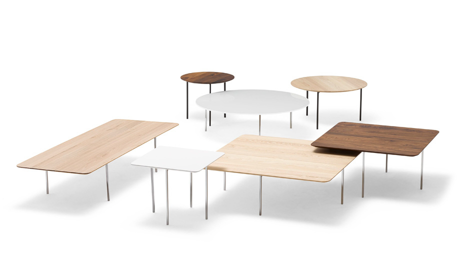 Purismus vor dem Sofa: Die Couchtische von Jehs+Laub stehen auf filigranen Metallbeinen, im Fokus steht die Tischplatte.