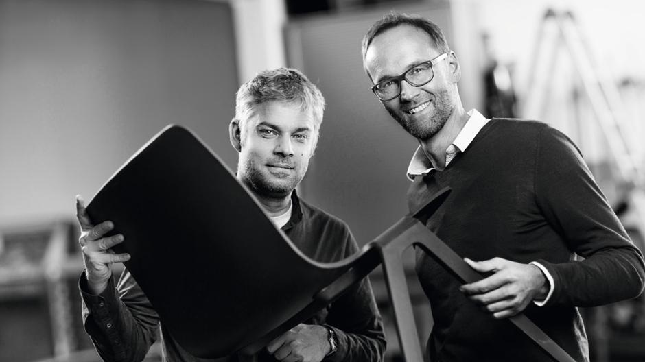 """""""Der rote Faden sind wir"""": Markus Jehs und Jürgen Laub mit dem A-Chair. Foto: © Brunner"""