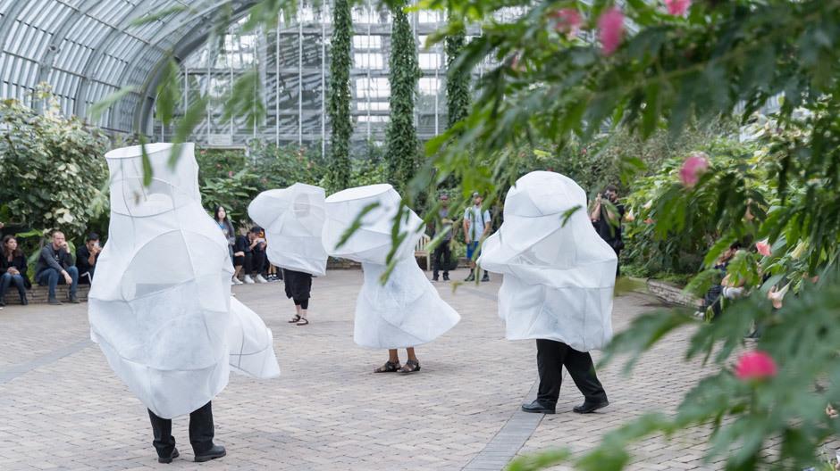 Tief durchatmen! Die tragbaren Kokons der L'air pour l'air-Performance sind von der Pflanzenwelt inspiriert und reinigen die Luft durch Atmung. Foto: Iwan Baan