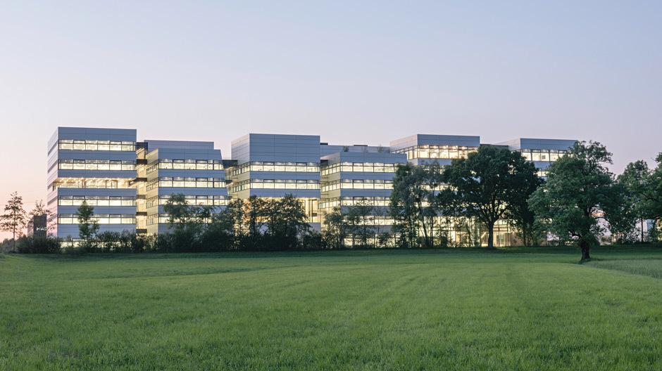 Mit der neuen Doppelmayr-Unternehmenszentrale markieren AllesWirdGut das Entree zum Gewerbegebiet in Wolfurt.