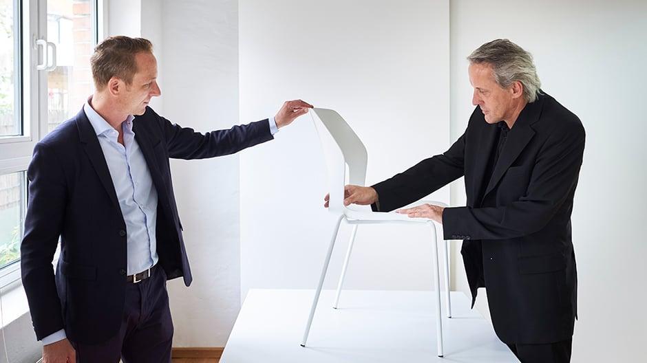 Michael Englisch (rechts) erklärt die Formensprache Wilkhahns an dem neuen Stuhl Occo SC.