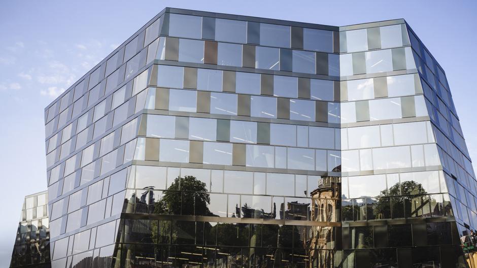 """Die Unibibliothek Freiburg von außen: Die Architekten selbst bezeichnen sie als """"geschliffenen Diamanten"""". Foto: © Brunner"""