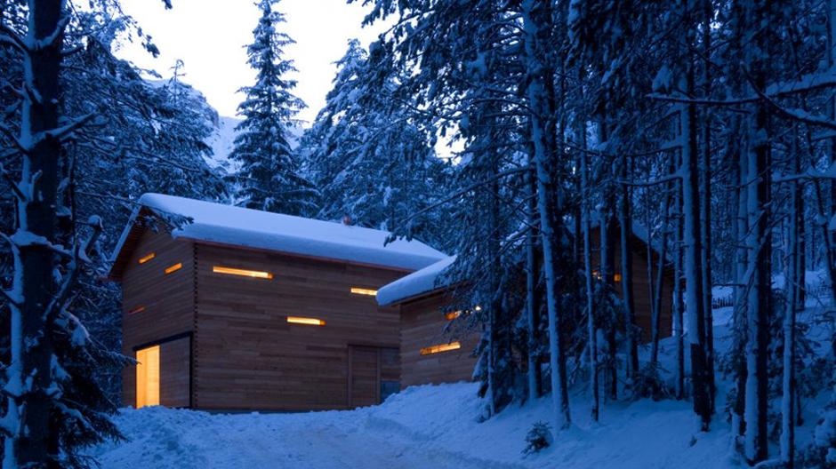 Die Mountain Lodge Tamersc liegt einsam im Wald.