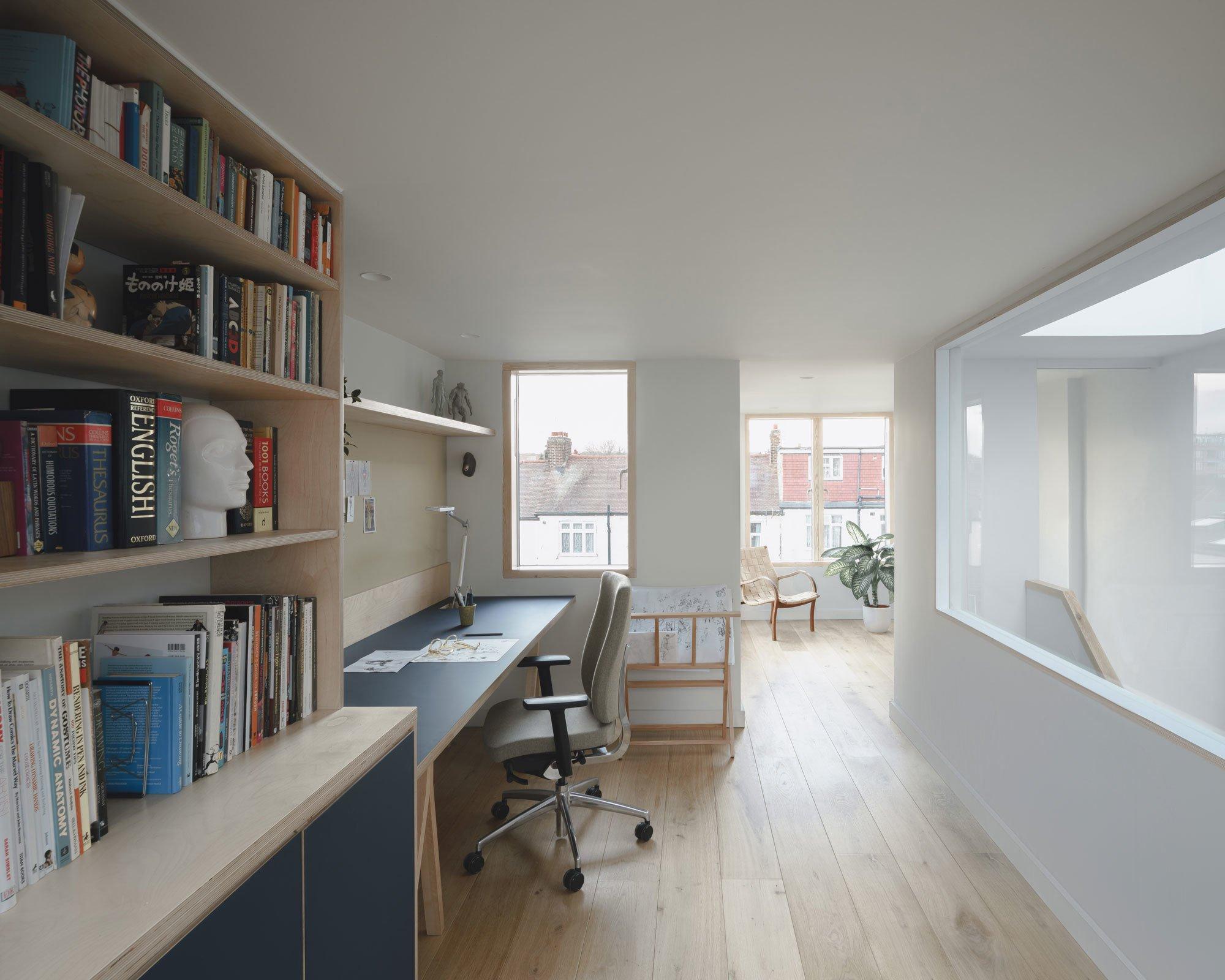 Um ein großes Fenster wurde das Arbeitszimmer im zweiten Stock erweitert. Es bringt Loft-Atmosphäre in die Räume unterm Dach.