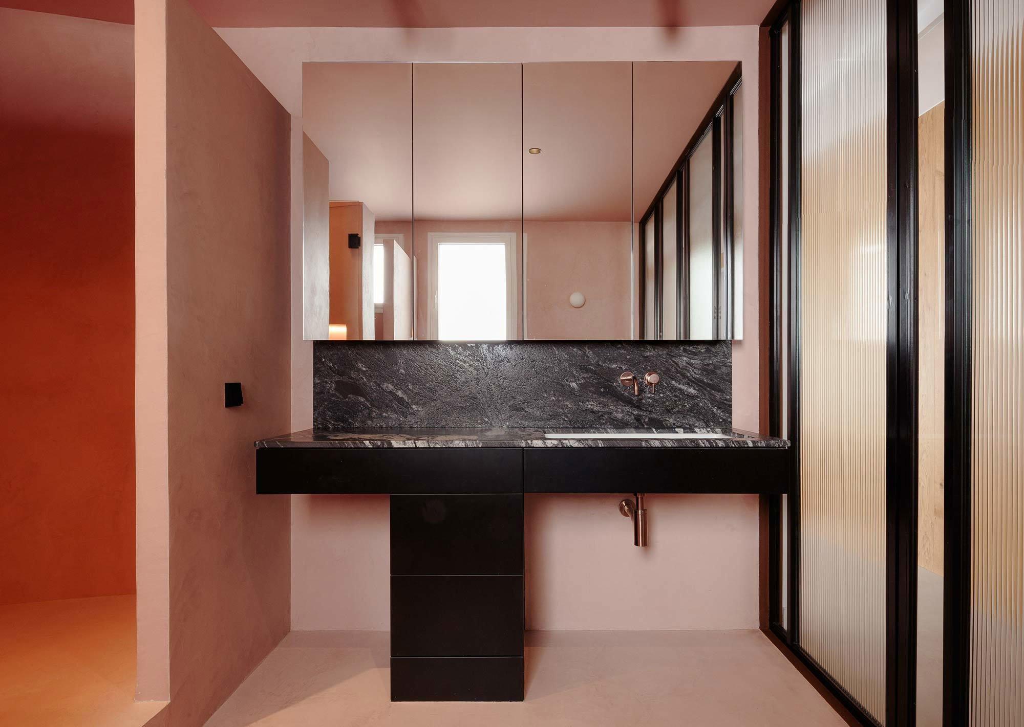 Schwarzer Marmor kann einen bewegten Kontrast bilden zu einer ansonsten reduzierten Umgebung – wie in dem Projekt Atic Aribau von Raúl Sánchez in Barcelona. Foto: David Zarzoso