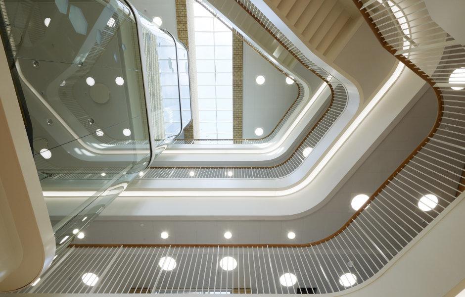Beeindruckendes Atrium: LED-Lichtbänder untermalen die organische Formensprache der modernen Architektur. Foto: Martin Schubert