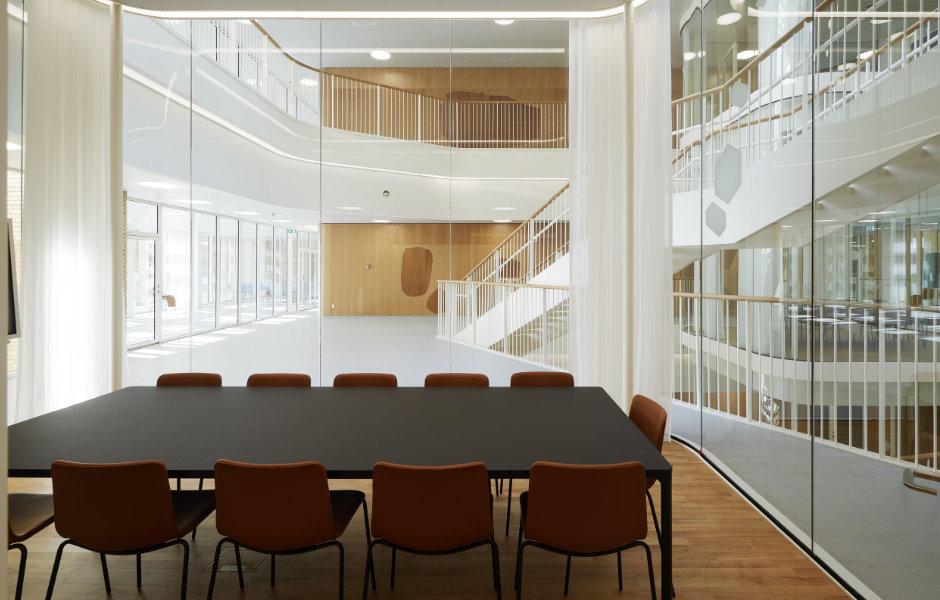 Anpassungsfähiges Licht zum Arbeiten : SG Lighting verbaut Tunable White-LEDs, die dynamisches Licht von Warm bis Kaltweiß ermöglichen. Foto: Martin Schubert