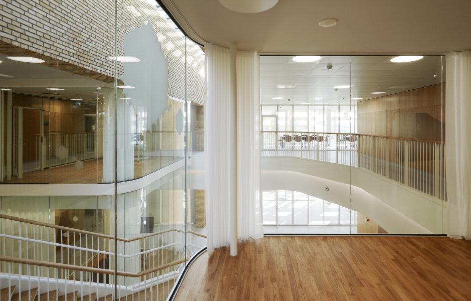 Hingucker: Auch die gläsernen Meetingräume sind mit LED-Lichtbändern an der Decke eingerahmt. Foto: Martin Schubert
