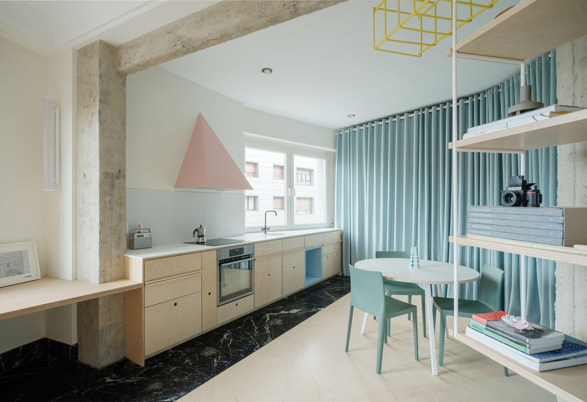 Mithilfe von Vorhängen und ungewöhnlichen Einbauten schuf das Büro AZAB in einer Familienwohnung in Bilbao ein fließendes Raumgefühl.