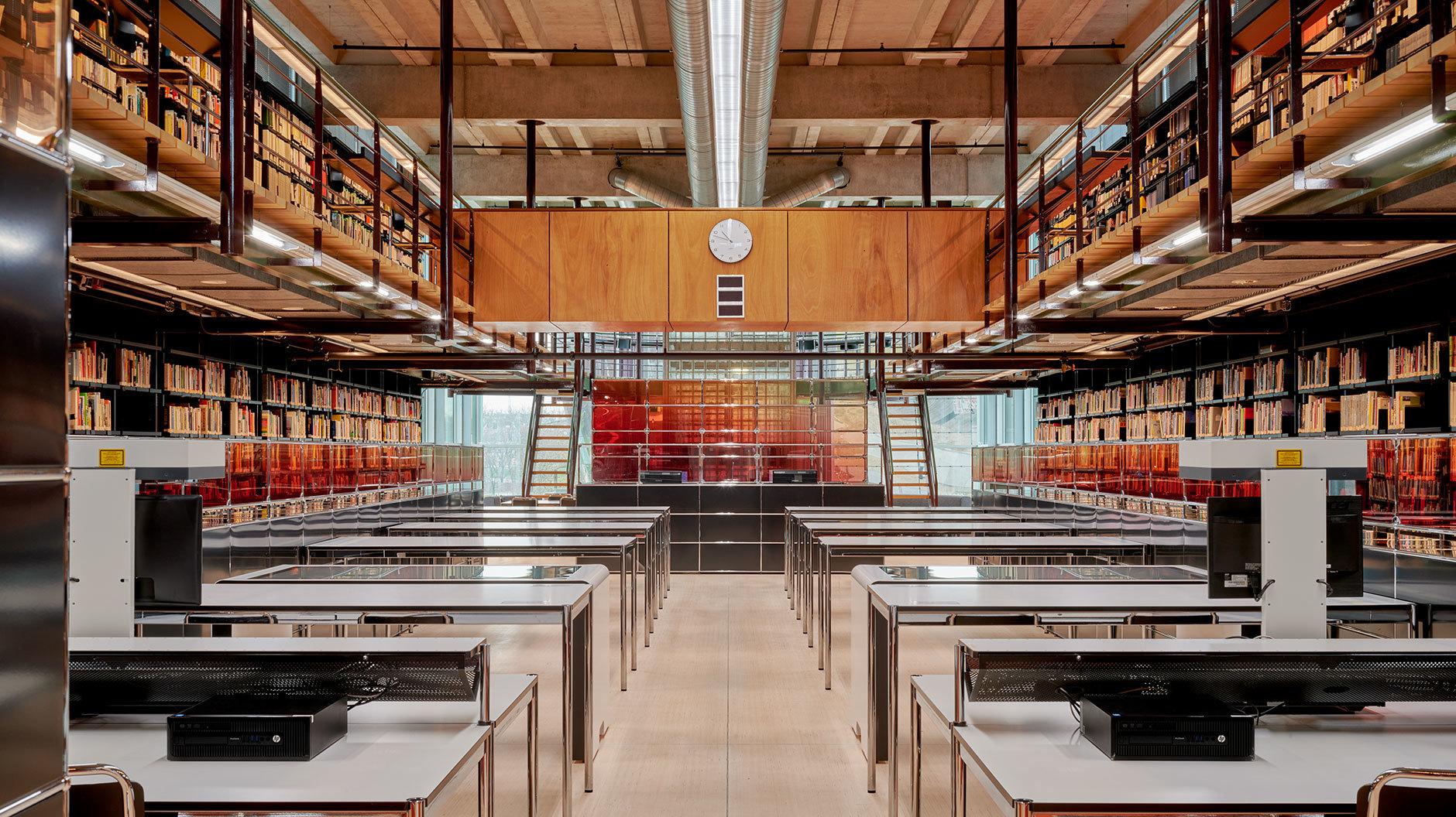 Mehr Farbe für die Forschung: In Rotterdam wurde das Forschungszentrum des Het Nieuwe Instituut mit USM-Möbeln und transparenten Paneelen umgestaltet.