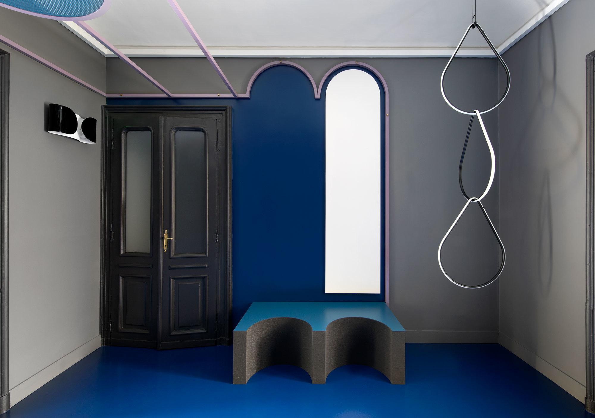 Im Korridor hängt die dekorative Pendelleuchte Arrangements von Michael Anastassiades für Flos.