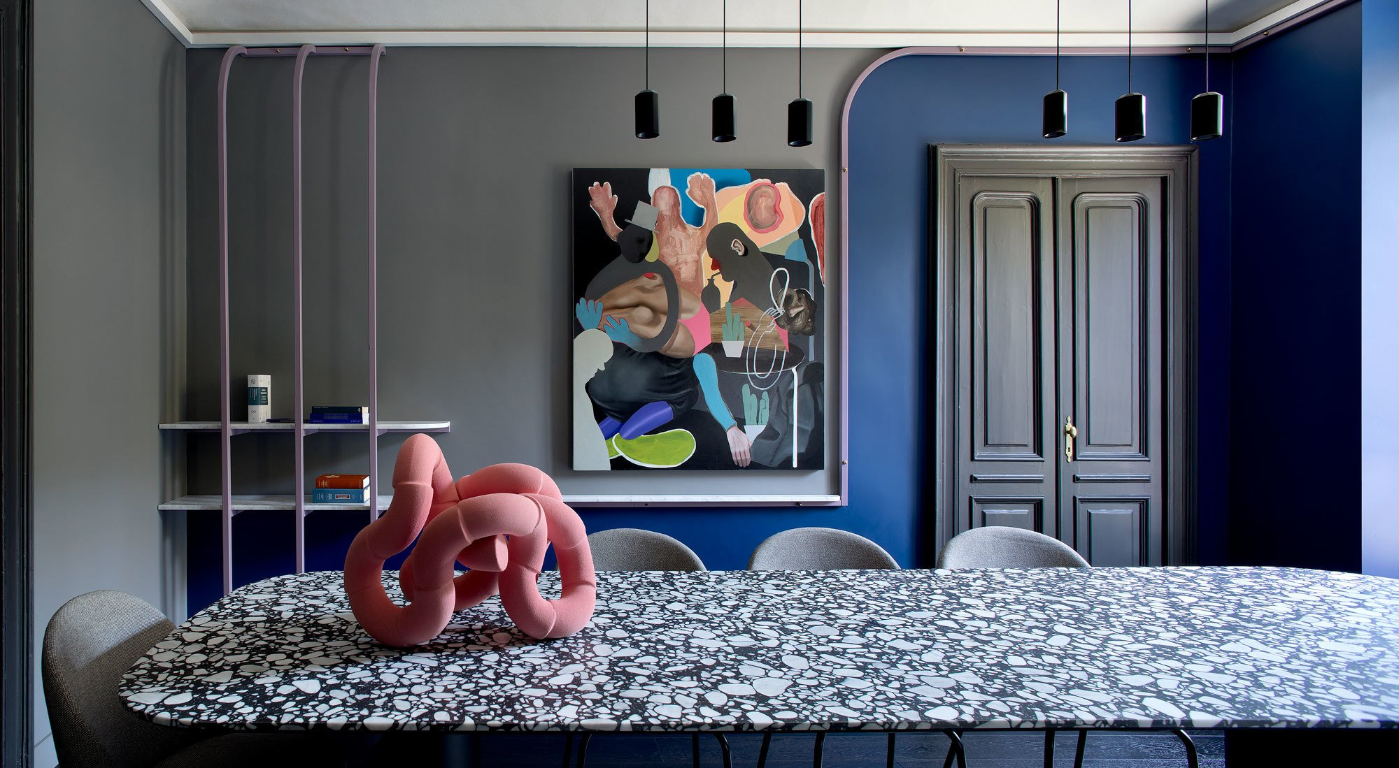 Das Architektenduo SCEG hat in Turin eine avantgardistisch farbintensive Anwaltskanzlei entworfen, die surrealer wirkt als so manches Filmset.