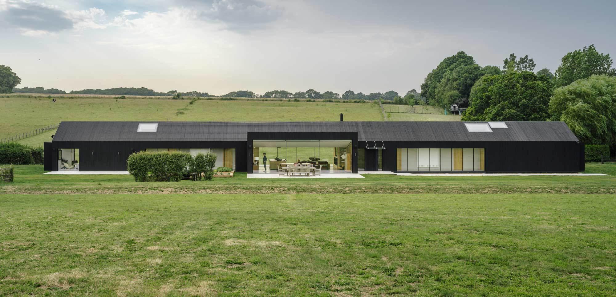 Bei dem puristischen Cottage setzte das Büro AMPS Arquitectura & Diseño auf Nachhaltigkeit, eine klare Formensprache – und smarte Haustechnik von Gira.