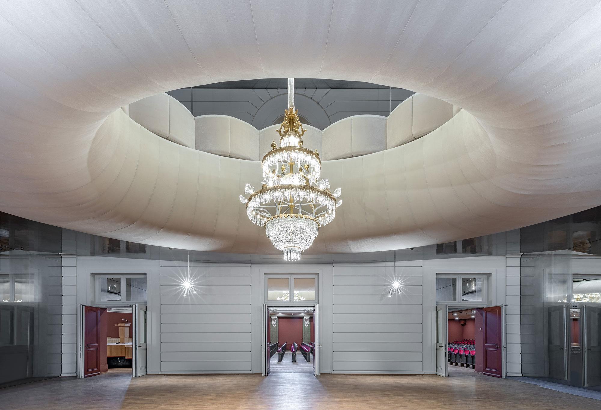Im von Herzog & de Meuron umgebauten Stadtcasino Basel wurde der Stehlinsche Musiksaal mithilfe von originalgetreuen Möbelkonstruktionen von Girsberger Customized Furniture in seinen Zustand von 1905 zurückversetzt. Foto: André Bolliger