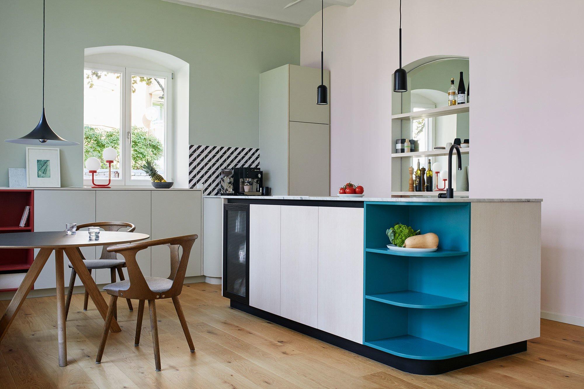 Hell & luftig: Wohnküche in einer Altbau-Remise. Foto/ Copyright: Anne Deppe