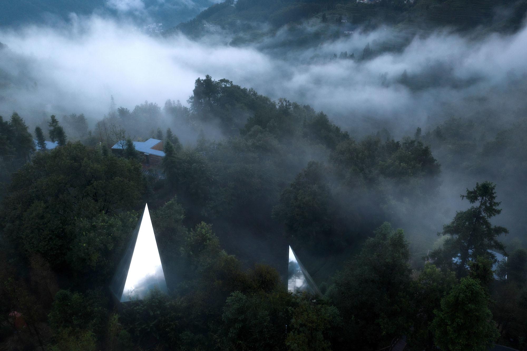 In der chinesischen Provinz Hubei hat der Architekt Mu Wei mit seinen BürosWiki World und Advanced Architecture Lab (AaL) die Feriensiedlung Mountain & Cloud Cabin errichtet. 18 verspiegelte Holzhütten werden eins mit der Landschaft.