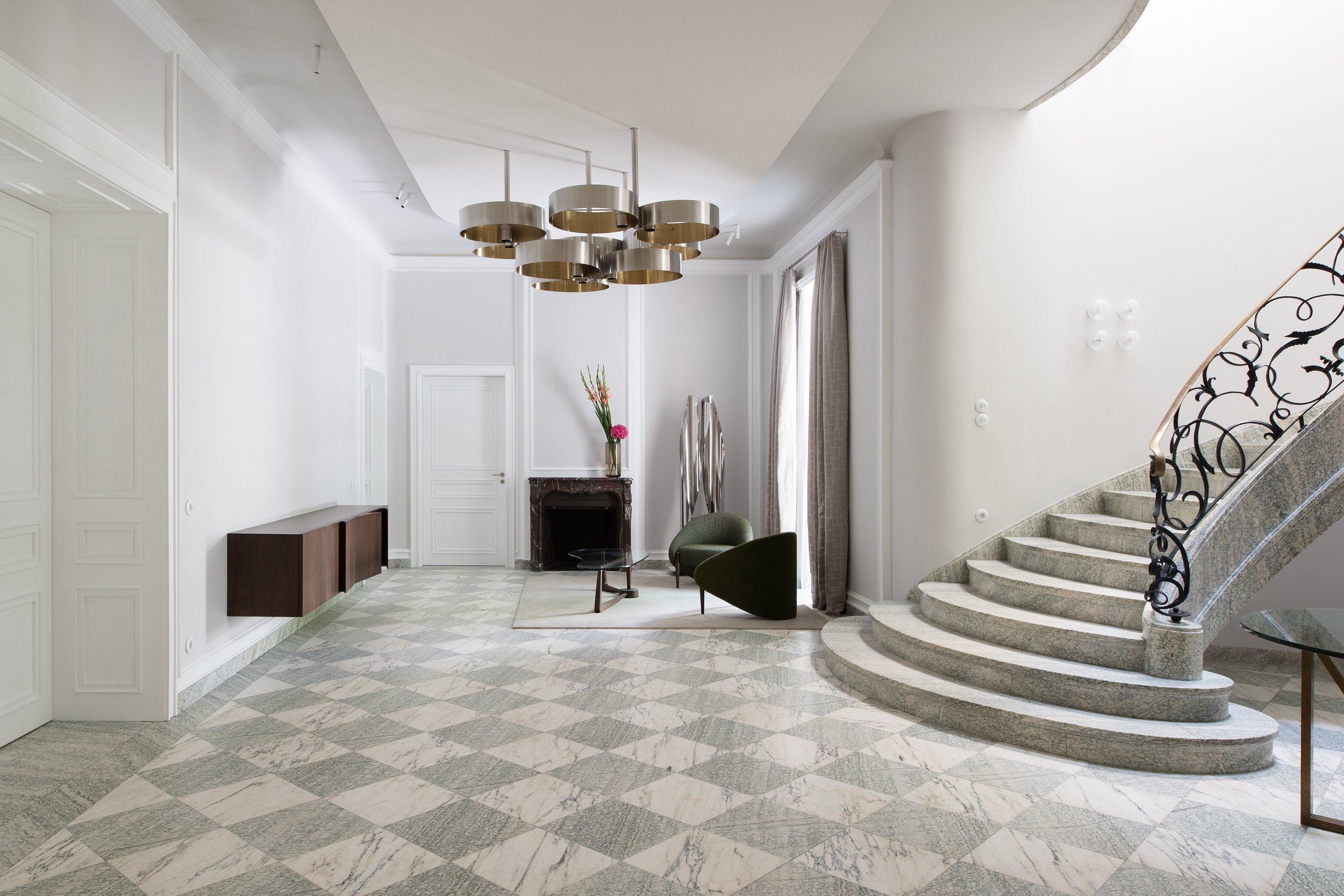 Viele Originalelemente wie der im Schachbrettmuster gelegte Marmorboden im Foyerund Treppenhaus sind erhalten geblieben und wurden saniert.