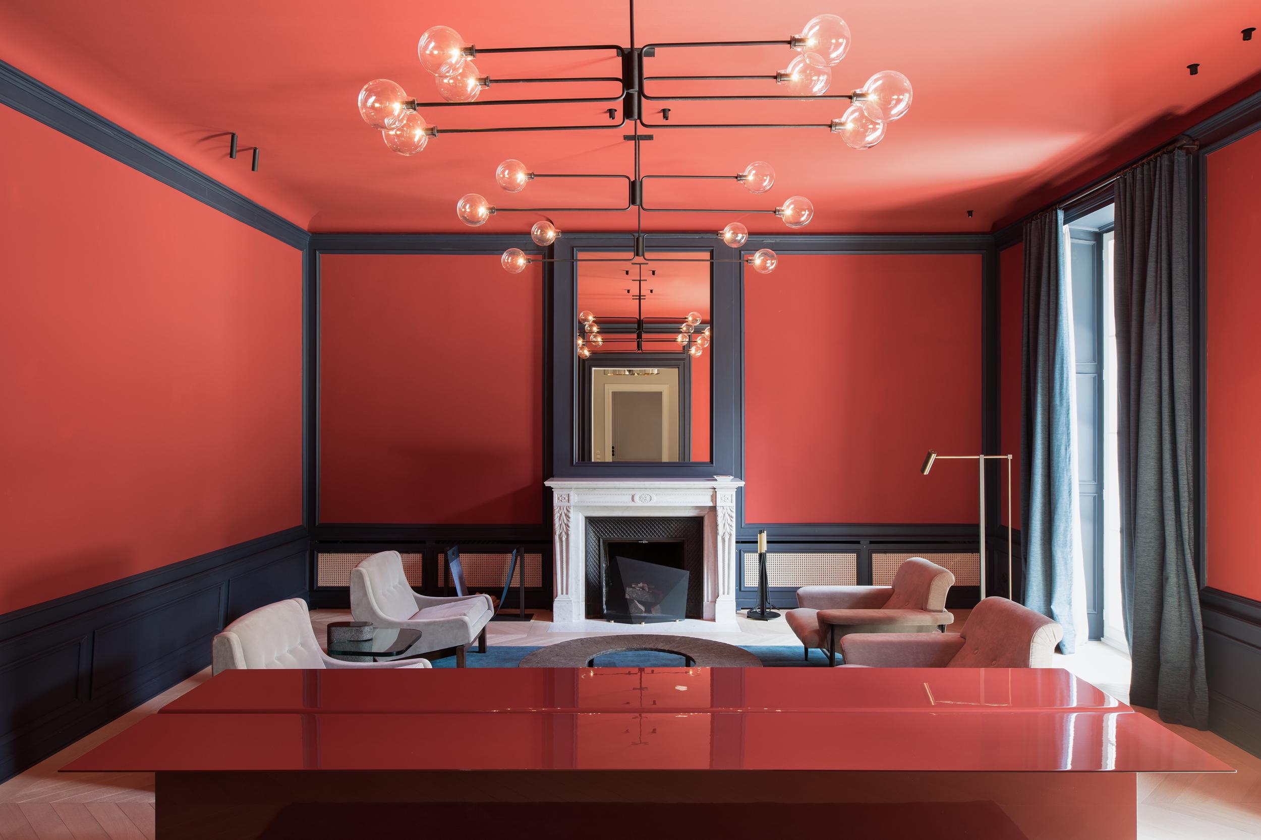 Das Architekturbüro Arnold / Werner hat einer denkmalgeschützten Villa in München Bogenhausen neues Leben eingehaucht. Sie haben die Wände in Farben gestrichen, die eigens vom Unternehmen Kt.color mit einem hohen Pigmentanteil angefertigt wurden.Das gesellige Kaminzimmer wartet in einem Korallenrot auf.