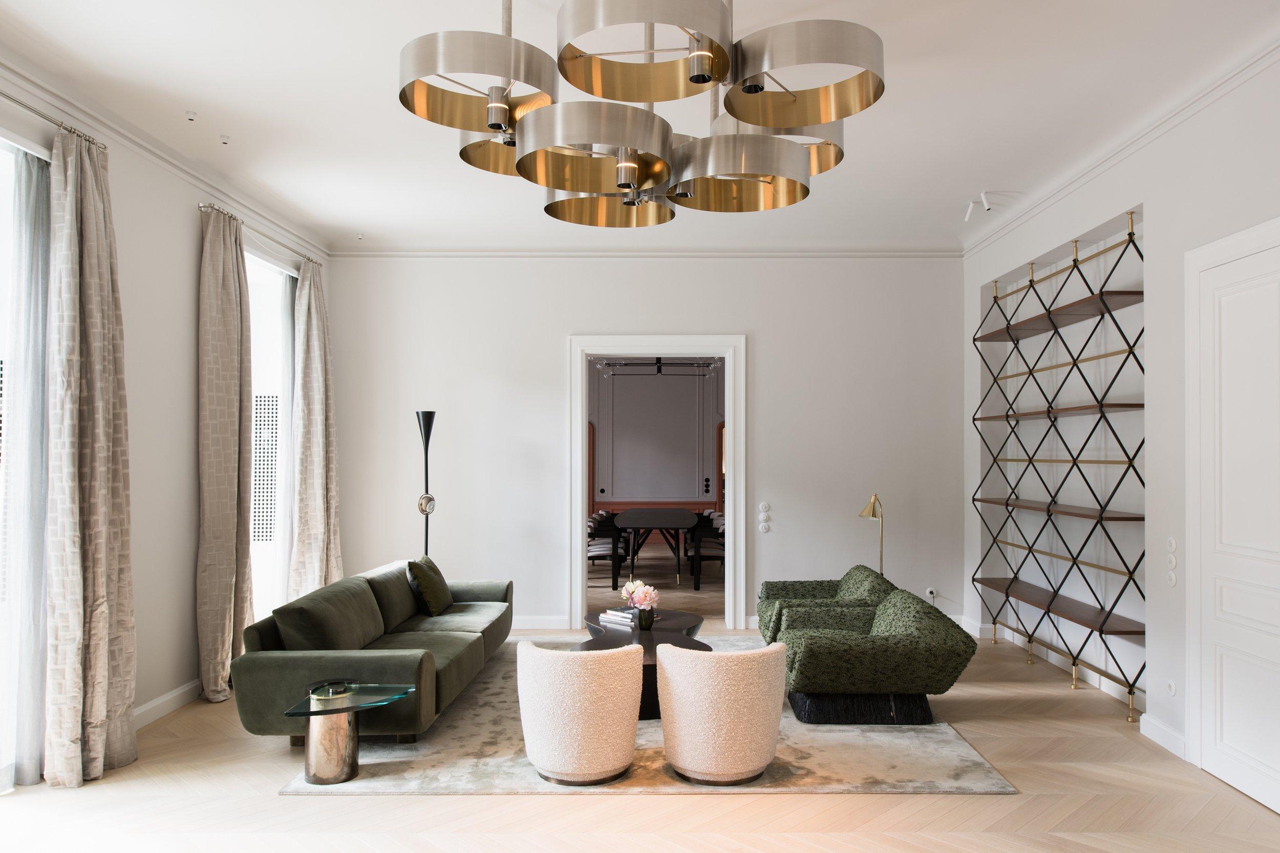 Bei der Beleuchtung haben Arnold / Werner mit den Designstudio PSLab aus Beirut zusammengearbeitet, das für jeden Raum spezifische Licht-Lösungen geschaffen hat. ImWohnzimmer zieht ein Lüster aus Messingringen die Blicke auf sich.