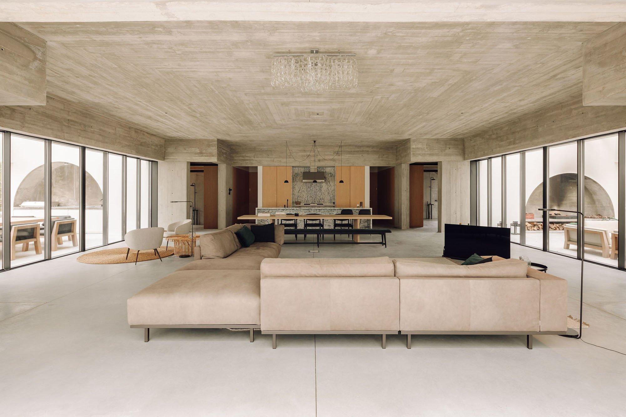 Unter der Sichtbetondecke der Casa Meco hängt keine technische Leuchte, sondern eine längliche Ausführung von Angelo Mangiarottis Muranoglas-Lüster Giogali aus den Sechzigerjahren.