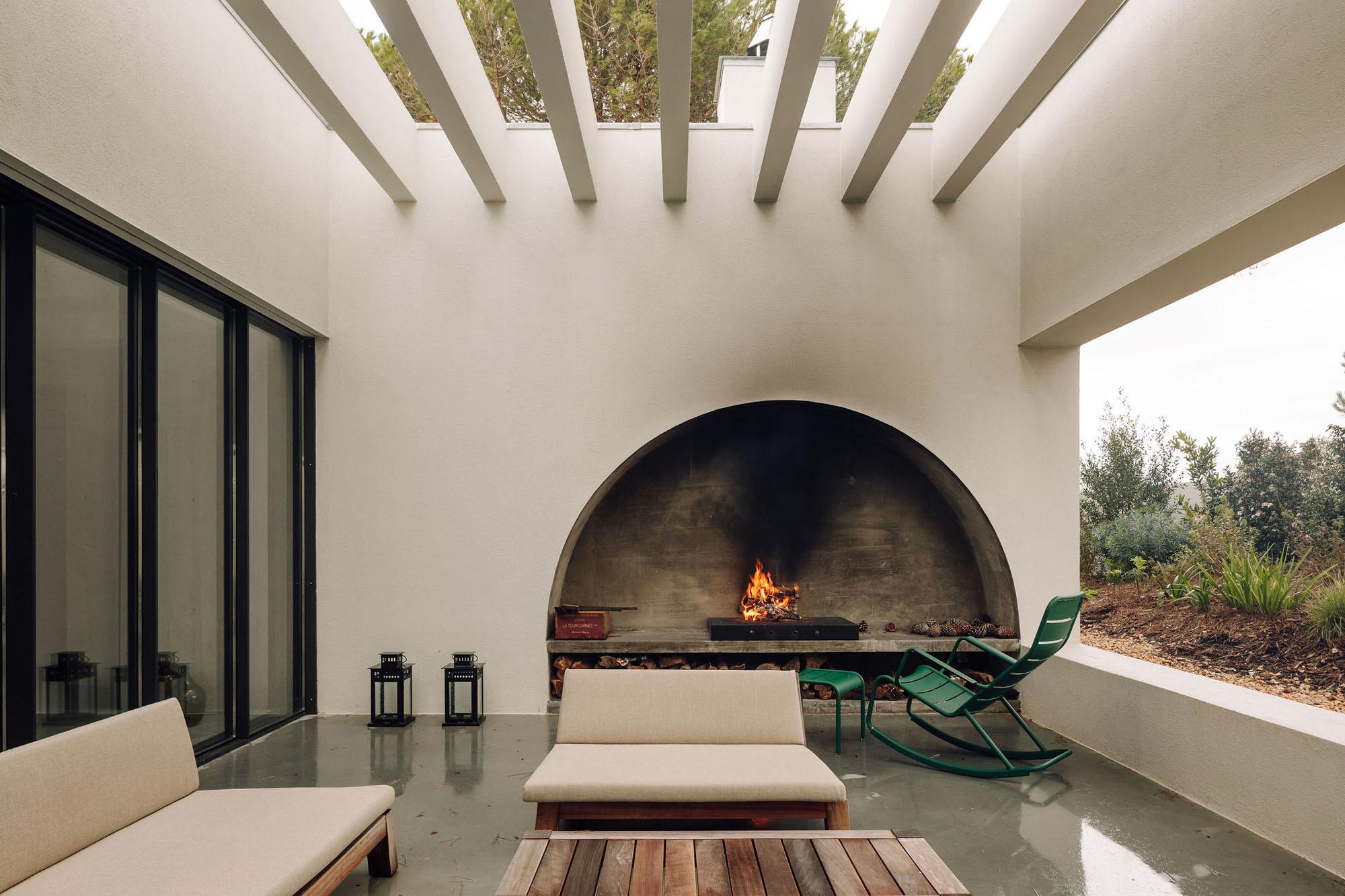 In die Seitenwände der Loggien sind zwei bogenförmige Nischen eingelassen, die eine Außenküche sowie einen Kamin aufnehmen.