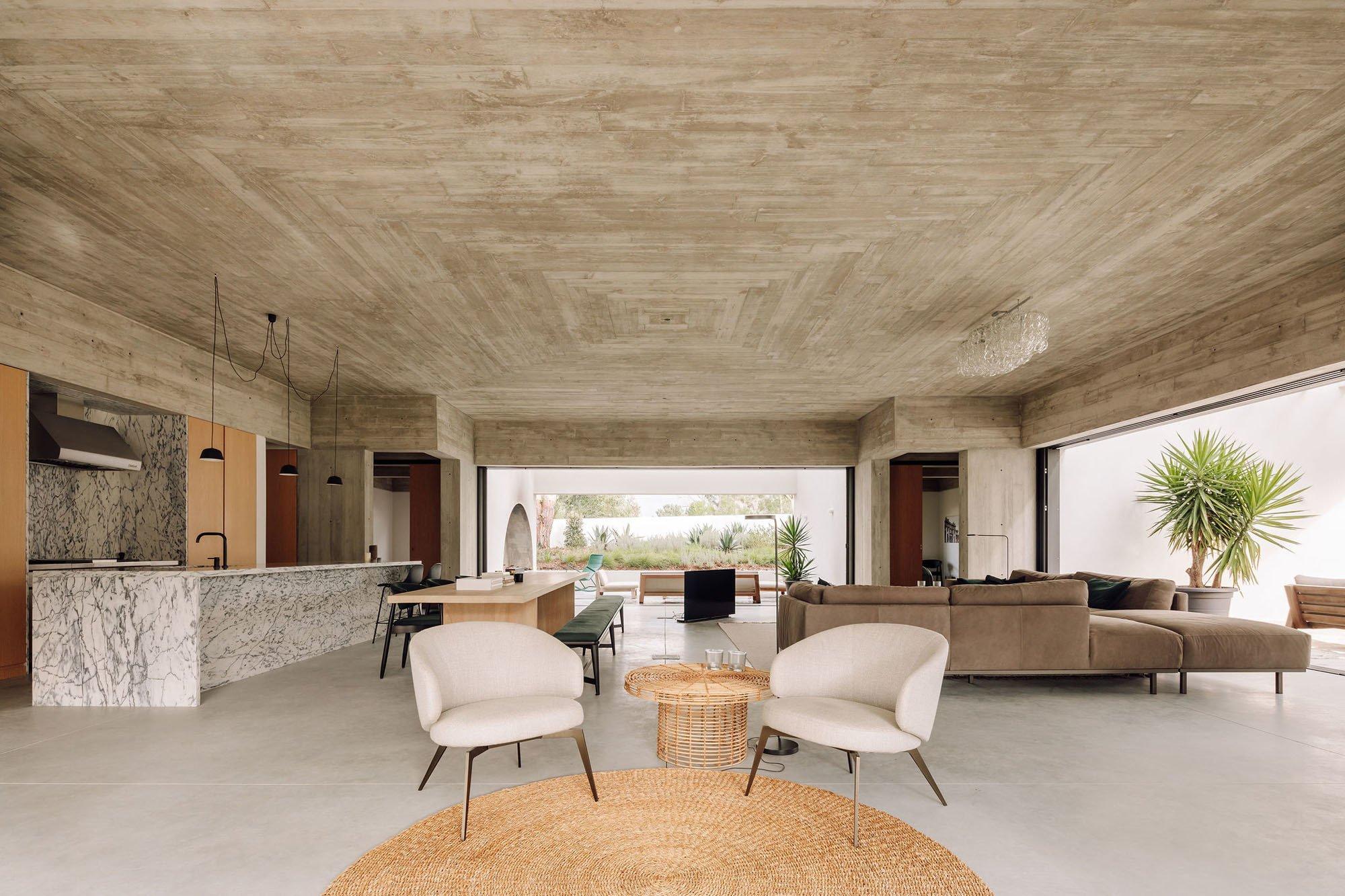 Schluss mit dunklen Ecken! Das portugiesische Architekturbüro Atelier RUA öffnet das kubische Volumen einer Betonvilla an ihren vier Außenpunkten.